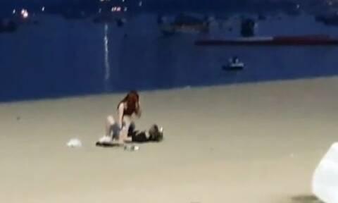 Μεθυσμένο ζευγάρι τουριστών το έκανε στην παραλία και τους συνέλαβαν! (vid)