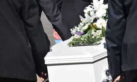 Πανικός σε κηδεία: «Πάγωσαν» οι παρευρισκόμενοι λίγο πριν από την ταφή (pics)