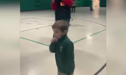 Συγκινητικό! 6χρονος νίκησε την λευχαιμία - Δείτε πώς τον υποδέχθηκαν οι συμμαθητές του (vid)