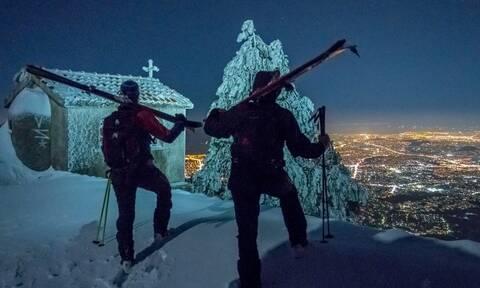 Ανέβηκαν στην κορυφή της χιονισμένης Πεντέλης με σκι! Οι φωτογραφίες τους θα σας αφήσουν άφωνους...