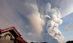 Φιλιππίνες: Εικόνες που κόβουν την ανάσα - «Βρυχάται» το ηφαίστειο Ταάλ (pics+vid)
