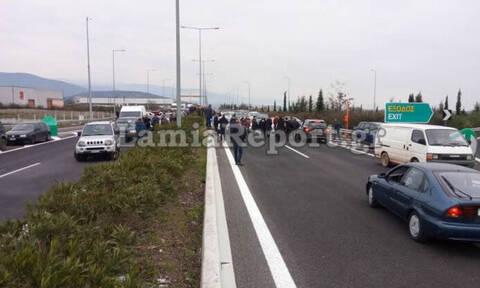 Λαμία: Έκλεισαν την Εθνική Οδό διαμαρτυρόμενοι για το hotspot στη Μαυρομαντήλα