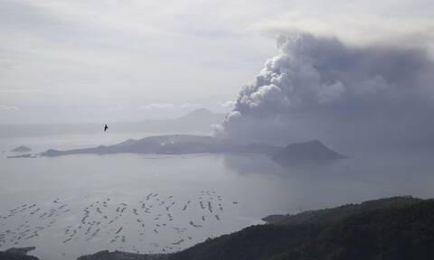 Φιλιππίνες: «Βρυχάται» το ηφαίστειο Ταάλ - Εικόνες που κόβουν την ανάσα