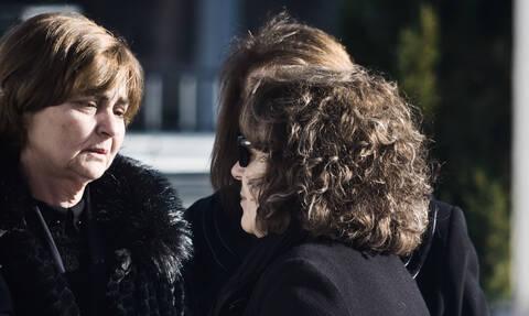 Συγκλονιστικές εικόνες: Η μητέρα της Ελένης Τοπαλούδη στην αγκαλιά της Μάγδας Φύσσα