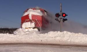 Τρένο πέφτει πάνω σε «τοίχο» από χιόνι και το θέαμα είναι απίθανο! (video)