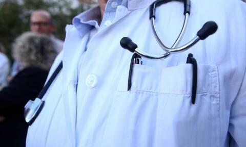 ΕΙΝΑΠ: Το ΕΚΑΒ παράτησε γιατρούς με τη στολή εφημερίας και τον εξοπλισμό της διακομιδής στα χέρια