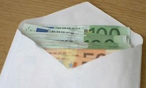 Αποκάλυψη: Αυτοί έριχναν φακέλους με λεφτά στις πόρτες σπιτιών - Δείτε γιατί