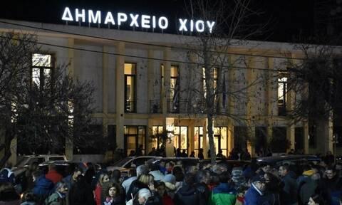 Επεισόδια στη Χίο: Εξαγριωμένοι οι κάτοικοι για τη δομή φιλοξενίας -Συγκέντρωση έξω από το Δημαρχείο