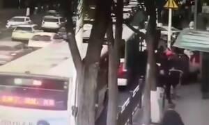 Τραγωδία: Άνοιξε η γη και «κατάπιε» λεωφορείο - Τουλάχιστον 6 νεκροί (pics+vid)