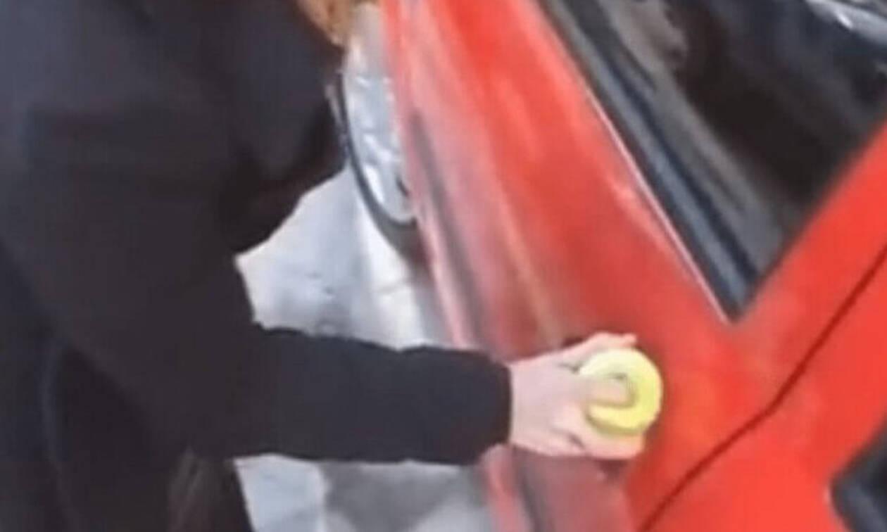 Χάσατε τα κλειδιά του αυτοκινήτου; Έτσι θα ανοίξετε τις κλειδαριές (video)