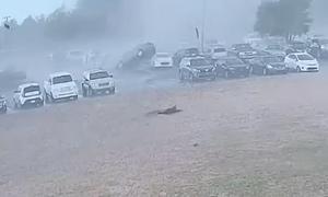 Ανεμοστρόβιλος «τράβηξε» στον αέρα αυτοκίνητα - Σοκάρουν οι εικόνες (video)