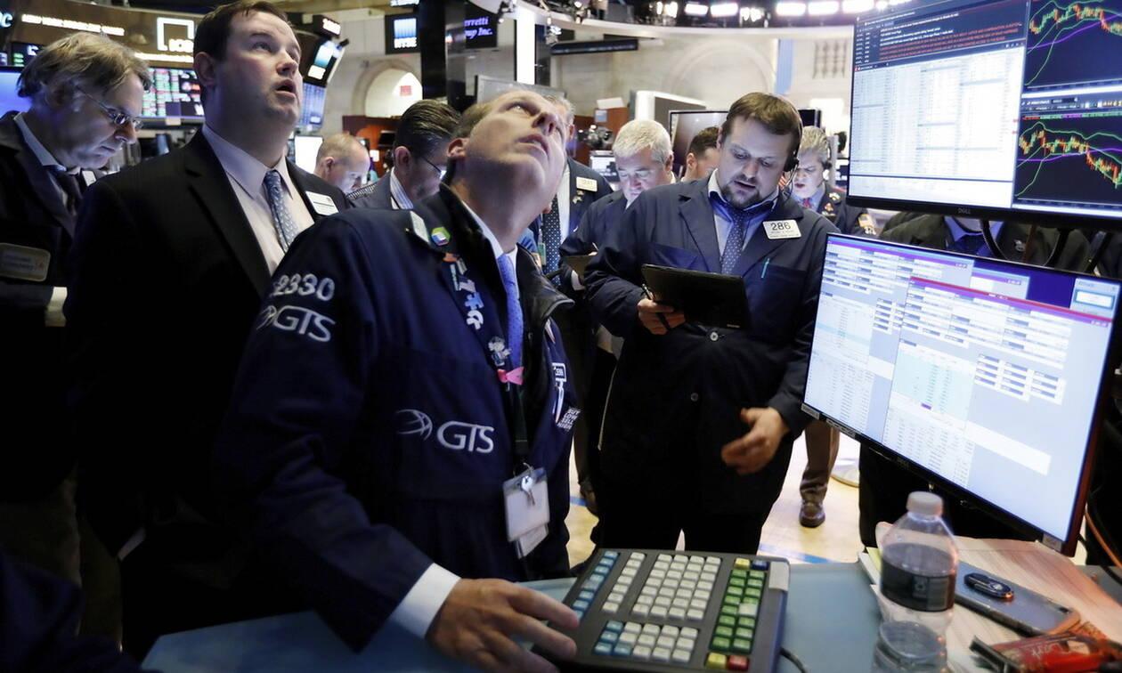Wall Street: Ιστορικό ρεκόρ για τον Dow Jones - Τα αποθέματα έριξαν την τιμή του πετρελαίου