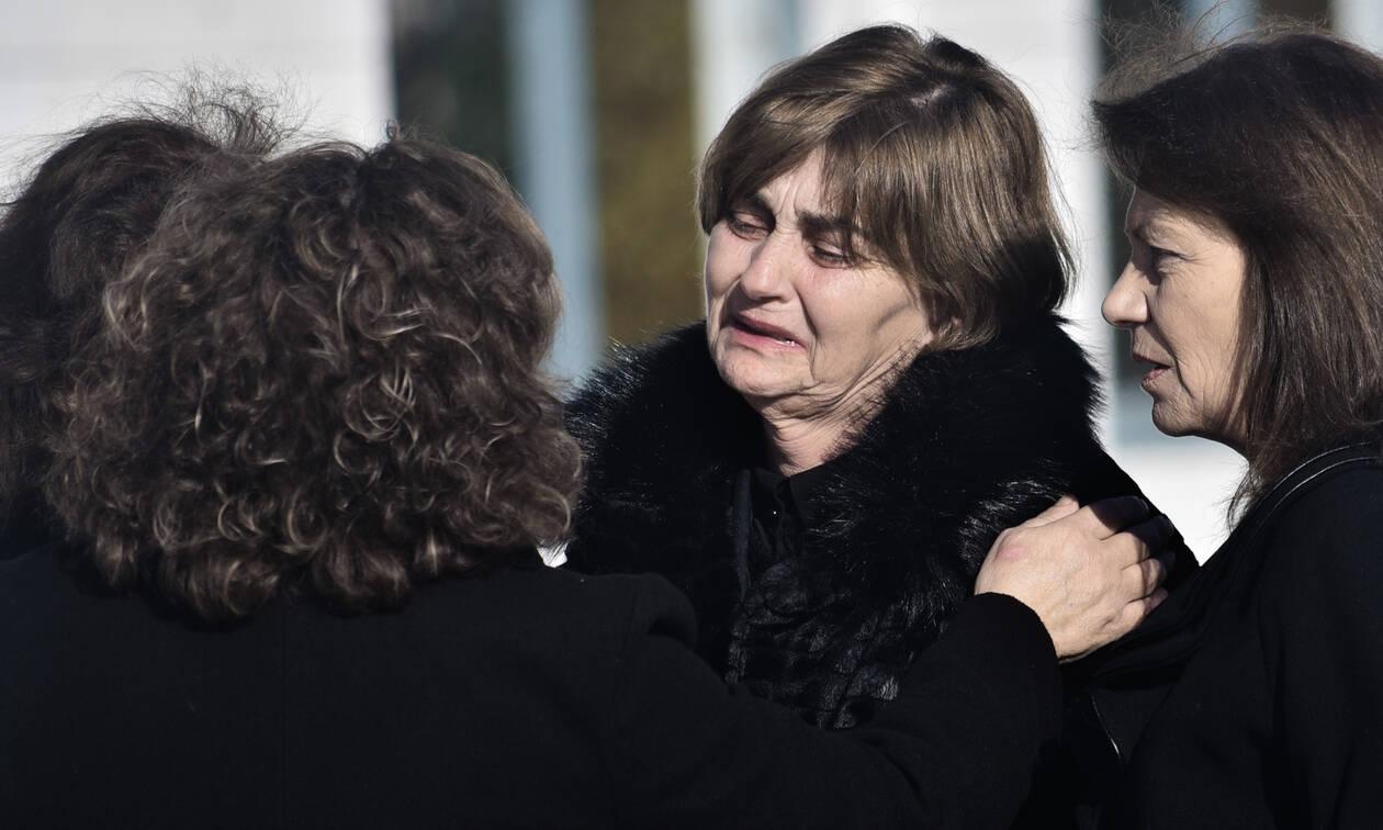 Δολοφονία Τοπαλούδη: «Να φωνάζει, να τσιρίζει και να την χτυπάνε;» - Η μάνα της Ελένης ξεσπά (vid)