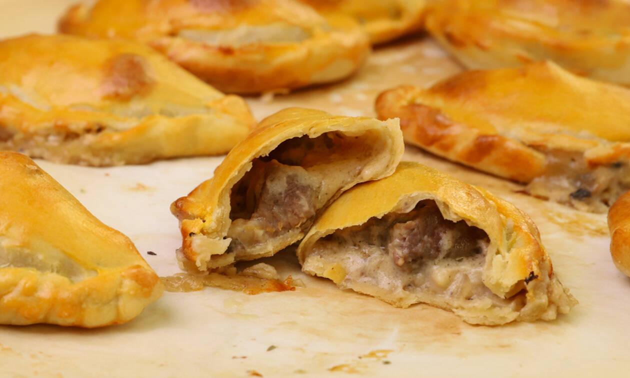 H συνταγή της ημέρας: Ατομικά πιτάκια με μοσχάρι και μπεσαμέλ