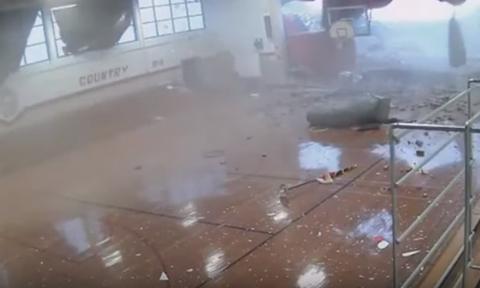 Συγκλονιστικό βίντεο: Μαθητές τρέχουν να σωθούν - Η στιγμή που ισχυροί άνεμοι σαρώνουν σχολείο