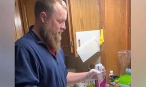 Δεν φαντάζεστε με ποιον τρόπο πλένει τα μπουκάλια των τριδύμων του σε χρόνο dt (vid)