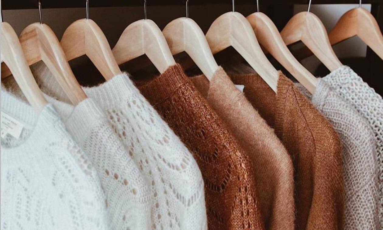 Αυτός είναι ο σωστός τρόπος να κρεμάς τα πουλόβερ για να μην πιάνουν χώρο στη ντουλάπα