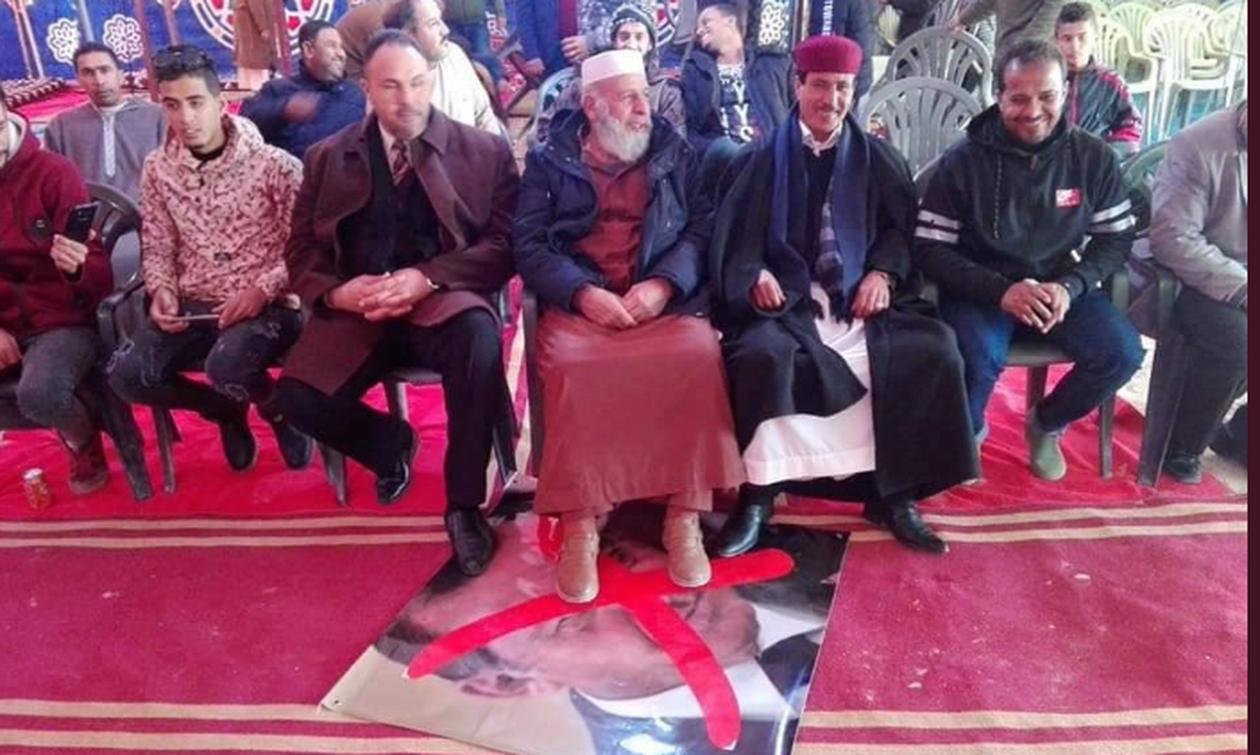 Οργή για τον «σουλτάνο» στη Λιβύη: Ποδοπατούν τις φωτογραφίες του (pics)