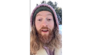 Βγήκε έξω στους -14 βαθμούς Κελσίου - «Παγώνει» η… μεταμόρφωσή του! (vid)