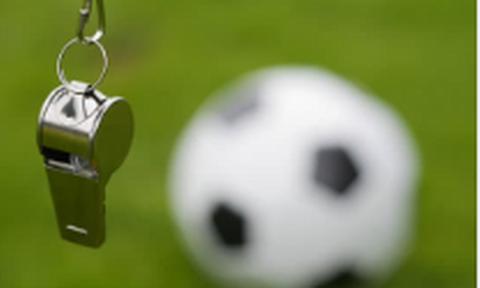 Τρόμος σε ποδοσφαιρικό αγώνα: Ο διαιτητής έβγαλε όπλο – Δείτε τι συνέβη (pics - vid)