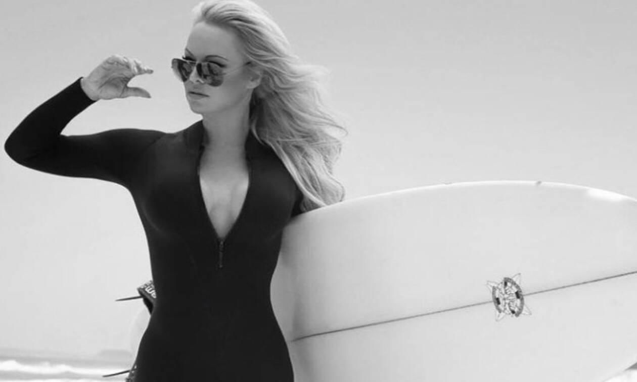 H Pamela Anderson στα 52 της κάνει το τρέξιμο του Baywatch και «ρίχνει» το Internet (video)