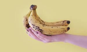 Το μυστικό για να κάνεις τις μπανάνες σου να κρατήσουν βρίσκεται στο ντουλάπι της κουζίνας