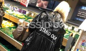 Αποκλειστικό: Την «τσακώσαμε» στο σούπερ μάρκετ - Πιο στιλάτη από ποτέ με την επώνυμη τσάντα της!
