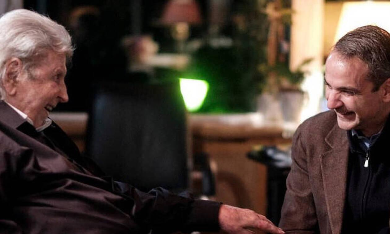 Μητσοτάκης: «Μια ζεστή συνάντηση με έναν Μεγάλο Έλληνα» - Στον Μίκη Θεοδωράκη ο πρωθυπουργός