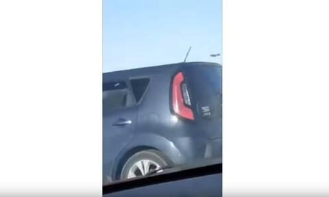Πήγε να κάνει προσπέραση! Αυτό που είδε στο διπλανό αμάξι τον σόκαρε (vid)