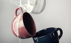 Κάηκε το γάλα στο μπρίκι; O πιο εύκολος τρόπος για να το καθαρίσεις χωρίς τρύψιμο (video)