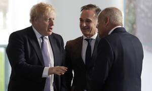«Παγωμένο» τε-α-τετ Τζόνσον – Πούτιν: Τι είπαν οι δύο άνδρες;