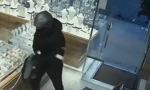 Μπήκαν σε κοσμηματοπωλείο για να κλέψουν - Απίθανος ο τρόπος που μπούκαραν (vid)