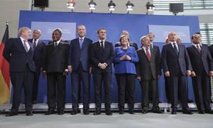 Διάσκεψη Βερολίνου για τη Λιβύη: «Κουτσή» συμφωνία για κατάπαυση πυρός και εμπάργκο όπλών