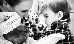 Κλέλια Πανταζή: Δημοσίευσε φωτογραφία με τον 43 ημερών γιο της την ώρα που τον θηλάζει (pics)