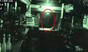 Κάμερα ασφαλείας καταγράφει φάντασμα σε παμπ! (video)
