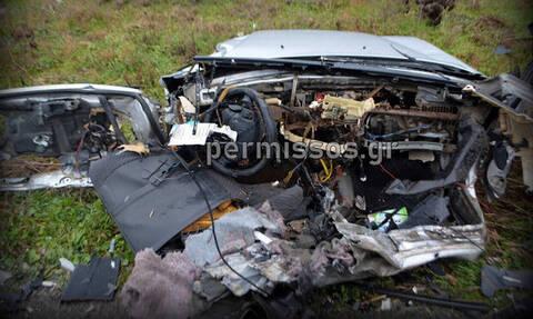 Βοιωτία: Θρήνος για τα δύο παλικάρια - Εικόνες - ΣΟΚ από το διαλυμένο αυτοκίνητό τους