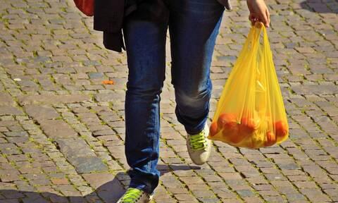 Νέο «χαράτσι» στις πλαστικές σακούλες - Πότε και σε ποιες θα πληρώνουμε περισσότερα