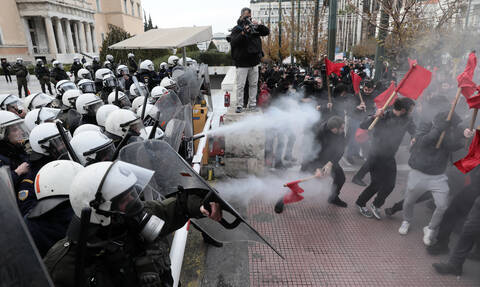 Επεισόδια με χημικά μπροστά από τη Βουλή στο εκπαιδευτικό συλλαλητήριο