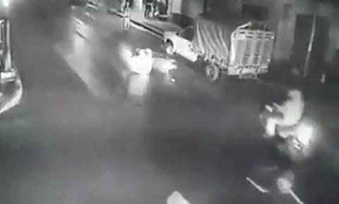 Έριξε καυτό λίπος στο δρόμο και κόντεψε να σκοτώσει ανθρώπους (vid)