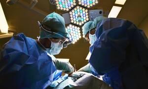 Βίντεο – σοκ: Εξαντλημένος χειρούργος κατέρρευσε δύο φορές (video)