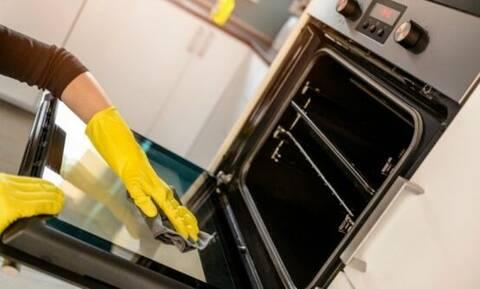 Καμένα λίπη στον φούρνο; Με αυτό το τέλειο κόλπο θα τα καθαρίζετε χωρίς χημικές ουσίες (vid)