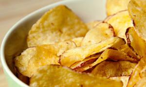Πώς θα φτιάξεις τις πιο τραγανές τηγανητές πατάτες στον φούρνο μικροκυμάτων (video)
