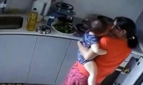 Φρίκη: Σατανική νταντά έκαιγε μωρό με καυτό νερό