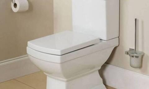 Βρήκατε βουλωμένη τη λεκάνη στο μπάνιο σας; Υπάρχει κόλπο και θα το δοκιμάσετε αμέσως (video)