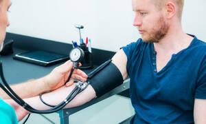 Διακυμάνσεις πίεσης σε νεαρή ηλικία: Οι κίνδυνοι για την καρδιά στη μέση ηλικία