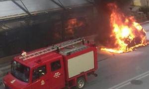 Κρήτη: Λαμπάδιασε αυτοκίνητο - Τελευταία στιγμή βγήκαν έξω οι επιβάτες! (vid)