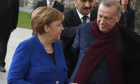 Στην Τουρκία η Μέρκελ μετά το «χαστούκι» στον Ερντογάν από τη γερμανική βουλή