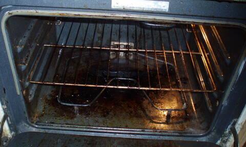 Κάψατε λίπη στο φούρνο; Αυτό είναι το απόλυτο κόλπο καθαρισμού...