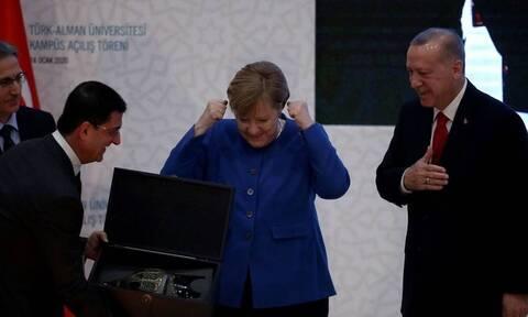 Η απίστευτη αντίδραση της Μέρκελ όταν είδε το δώρο του Ερντογάν (pics)