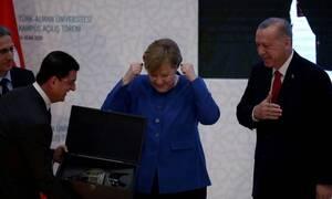 Η ενθουσιώδης αντίδραση της Άνγκελα Μέρκελ στο δώρο του Ερντογάν